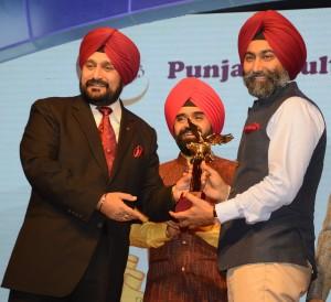 Fortis Executive Chairman Malvinder Singh felicitated with PUNJABI ICON AWARD by Gen. Bikram Singh, Indian Army Chief (Retd.) & Charan Singh Sapra