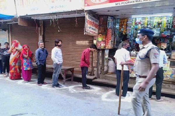 Punjab police monitor social distancing
